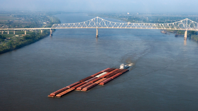 Mississippi_Barge_drought_low_water_level